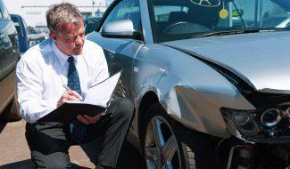 Кто выплатит за поврежденный во дворе автомобиль?